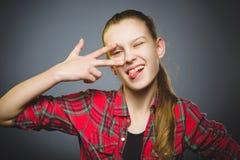 φιλάρεσκο κορίτσι Κινηματογραφήσεων σε πρώτο πλάνο πορτρέτου χαμόγελο εφήβων που απομονώνεται όμορφο στο γκρι στοκ εικόνες