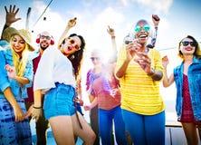 Φιλίας χαρούμενη έννοια ευτυχίας παραλιών χορού συνδέοντας Στοκ εικόνες με δικαίωμα ελεύθερης χρήσης