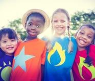 Φιλία παιδιών που συνδέει υπαίθρια την εύθυμη έννοια στοκ εικόνα