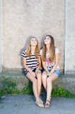 Φιλία - δύο καλύτερες φίλες στο γκρίζο κλίμα στοκ εικόνες