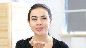 Φιλί από τη γυναίκα ερωτευμένη απόθεμα βίντεο