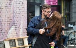 φιλί ζευγών στις νεολαίες Στοκ Εικόνες