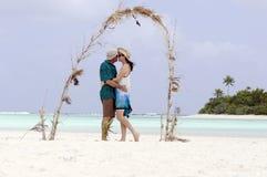 Φιλί ζεύγους στο νησί μήνα του μέλιτος Στοκ εικόνα με δικαίωμα ελεύθερης χρήσης