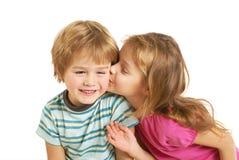 Φιλί μικρών κοριτσιών ένα μικρό αγόρι στοκ φωτογραφία με δικαίωμα ελεύθερης χρήσης