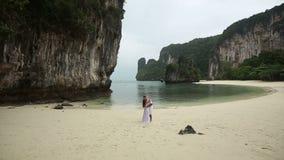 Φιλί νυφών και νεόνυμφων στην παραλία άμμου φιλμ μικρού μήκους
