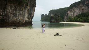Φιλί νυφών και νεόνυμφων στην παραλία άμμου απόθεμα βίντεο