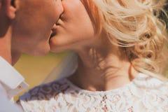 Φιλί νυφών και νεόνυμφων Στοκ Εικόνες