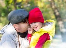 Φιλί πατέρων doughter υπαίθρια Αγάπη γονέων Ημέρα πατέρων στοκ εικόνες