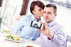 Φιλί σε ένα εστιατόριο Στοκ εικόνα με δικαίωμα ελεύθερης χρήσης