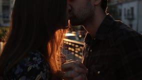 Φιλί στο υπόβαθρο ηλιοβασιλέματος φιλμ μικρού μήκους