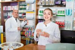 Φιλικά θετικά επαγγελματικά pharmaceutists στην υποδοχή στοκ φωτογραφία με δικαίωμα ελεύθερης χρήσης