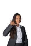 Φιλική επιχειρηματίας που κάνει μια κλήση μου χειρονομία Στοκ Εικόνες