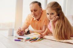 Φιλική οικογένεια που χρωματίζει μαζί στο σπίτι Στοκ Εικόνες