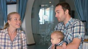 Φιλική οικογένεια στο πρόγευμα στο ξενοδοχείο Στοκ Εικόνες