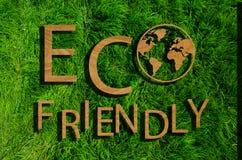 Φιλική προς το περιβάλλον επιγραφή στην πράσινη χλόη στοκ φωτογραφία με δικαίωμα ελεύθερης χρήσης