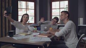 Φιλικοί εργαζόμενοι στην τηλεδιάσκεψη ξεκινήματος απόθεμα βίντεο