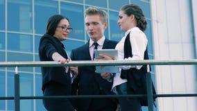 Φιλικοί συνάδελφοι που επικοινωνούν υπαίθρια κατά τη διάρκεια του χρόνου μακριά απόθεμα βίντεο