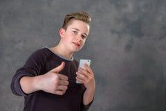 Φιλικός έφηβος με το smartphone Στοκ φωτογραφία με δικαίωμα ελεύθερης χρήσης