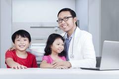 Φιλικός γιατρός με τα παιδιά στοκ φωτογραφία με δικαίωμα ελεύθερης χρήσης