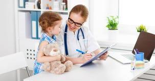 Φιλικός ευτυχής παιδίατρος γιατρών με το υπομονετικό κορίτσι παιδιών Στοκ εικόνες με δικαίωμα ελεύθερης χρήσης