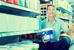 Φιλικός πελάτης ατόμων που επιλέγει τον κάδο χρωμάτων στην υπεραγορά Στοκ Εικόνες