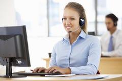 Φιλικός πράκτορας υπηρεσιών που μιλά στον πελάτη στο κέντρο κλήσης