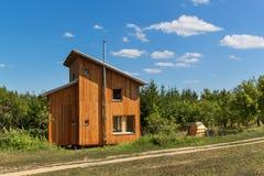 Φιλικός προς το περιβάλλον, ξύλινος-σπίτι στα ξύλα συμπαθητική αποταμίευση ενεργειακής απεικόνισης μαλακή Διαβίωση στη φύση Ξύλιν Στοκ Φωτογραφίες