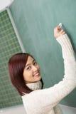 Φιλικός σπουδαστής ή δάσκαλος που γράφει σε έναν πίνακα Στοκ φωτογραφίες με δικαίωμα ελεύθερης χρήσης