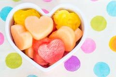 Φιλικός υγιής παιδιών ημέρας βαλεντίνων μεταχειρίζεται με τα καρδιά-διαμορφωμένα φρούτα Στοκ φωτογραφίες με δικαίωμα ελεύθερης χρήσης
