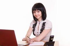 Φιλικός υπάλληλος τηλεφωνικών κέντρων στο γραφείο Στοκ Φωτογραφίες