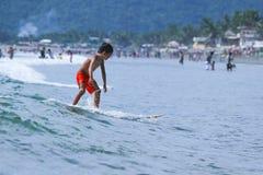 Φιλιππίνα-κάνω σερφ-ΚΑΛΟΚΑΙΡΙ Στοκ εικόνες με δικαίωμα ελεύθερης χρήσης