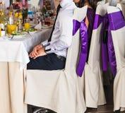 Φιλοξενούμενοι που τρώνε στη δεξίωση γάμου στοκ εικόνες