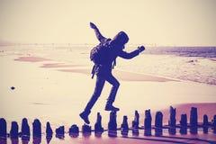 Φιλτραρισμένη τρύγος σκιαγραφία μιας γυναίκας που τρέχει στις ξύλινες θέσεις στοκ εικόνα με δικαίωμα ελεύθερης χρήσης