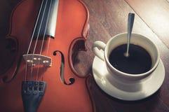 Φιλτραρισμένο τρύγος φλυτζάνι καφέ με το βιολί Στοκ Φωτογραφίες