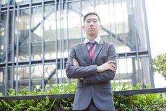 Φιλόδοξη ασιατική στάση επιχειρησιακών προσώπων στοκ φωτογραφίες