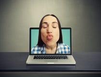 Φιλώντας γυναίκα που αποκτάται από το lap-top Στοκ Εικόνες