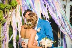 Φιλώντας ζεύγος και ζωηρόχρωμες κορδέλλες Στοκ Εικόνες