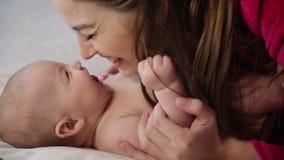 φιλώντας μητέρα μωρών απόθεμα βίντεο