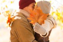 φιλώντας νεολαίες ζευγών στοκ φωτογραφία με δικαίωμα ελεύθερης χρήσης