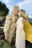Φιλώντας στρατιώτης γυναικών με το αυτοκίνητο Στοκ φωτογραφίες με δικαίωμα ελεύθερης χρήσης
