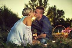 Φιλώντας το το ηλιοβασίλεμα στοκ φωτογραφίες