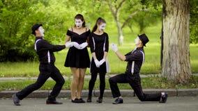 Φλερτ Mimes με τους συναδέλφους τους στο πάρκο απόθεμα βίντεο