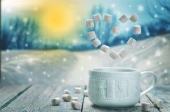 Φλιτζάνι του καφέ ή κακάο με πετώντας marshmallow σε έναν ξύλινο πίνακα στοκ φωτογραφία με δικαίωμα ελεύθερης χρήσης