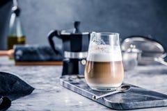 Φλιτζάνι του καφέ γυαλιού latte στον πίνακα πετρών στοκ φωτογραφίες