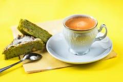 Φλιτζάνι του καφέ, δύο κομμάτια του κέικ καρυδιών, πετσέτα, κουτάλι Στοκ Εικόνα