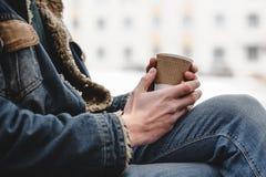 Φλιτζάνι του καφέ εγγράφου στα χέρια ατόμων ` s Στοκ εικόνα με δικαίωμα ελεύθερης χρήσης