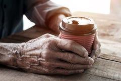 Φλιτζάνι του καφέ εκμετάλλευσης ατόμων LD στοκ εικόνα με δικαίωμα ελεύθερης χρήσης