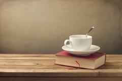 Φλιτζάνι του καφέ και βιβλίο στοκ εικόνα