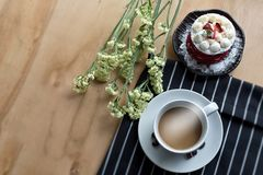 Φλιτζάνι του καφέ και λουλούδια στον ξύλινο πίνακα Καφές στον πίνακα με την καραμέλα που τοποθετείται Τοπ άποψη με το διάστημα αν στοκ φωτογραφίες με δικαίωμα ελεύθερης χρήσης