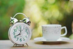 Φλιτζάνι του καφέ και ξυπνητήρι πρωινού στοκ εικόνες